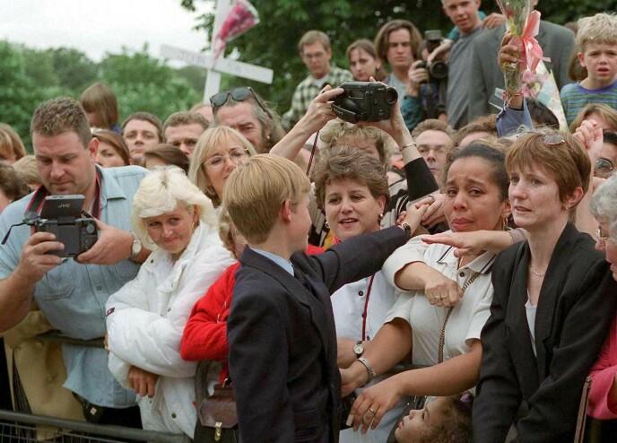 MODIG: Prins Harry, som nettopp har mistet sin mor, trøster folket utenfor Kensington Palace i august 1997. I dokumentarserien forteller prinsen ærlig om at han syntes det var svært traumatisk. FOTO: NTB