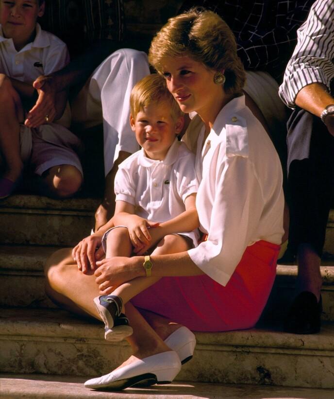 NÆRT BÅND: Prins Harry og moren prinsesse Diana hadde et svært nært bånd, og han forteller at han har arvet den sterke personligheten etter sin mor. Her i Spania i 1988. FOTO: NTB