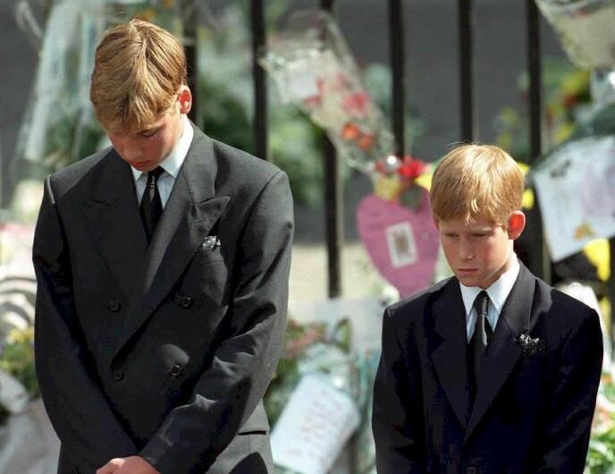 BEGRAVELSEN: Prinsesse Diana ble begravet 6. september 1996. Alles øyne var rettet mot de to sønnene prins William og prins Harry, som bare var knapt 13 og 15 da dødsulykken fant sted. FOTO: NTB
