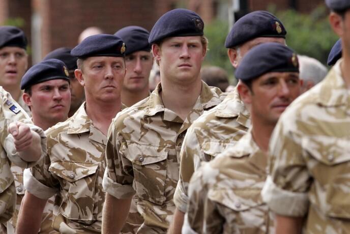 EN I GJENGEN: Prins Harry forteller at de beste årene av livet hans var da han var i militæret, fordi han ikke ble forskjellsbehandlet fordi han var kongelig. Her fra da han og resten av troppen mottok medalje etter tjeneste i Afghanistan i mai 2008. FOTO: NTB