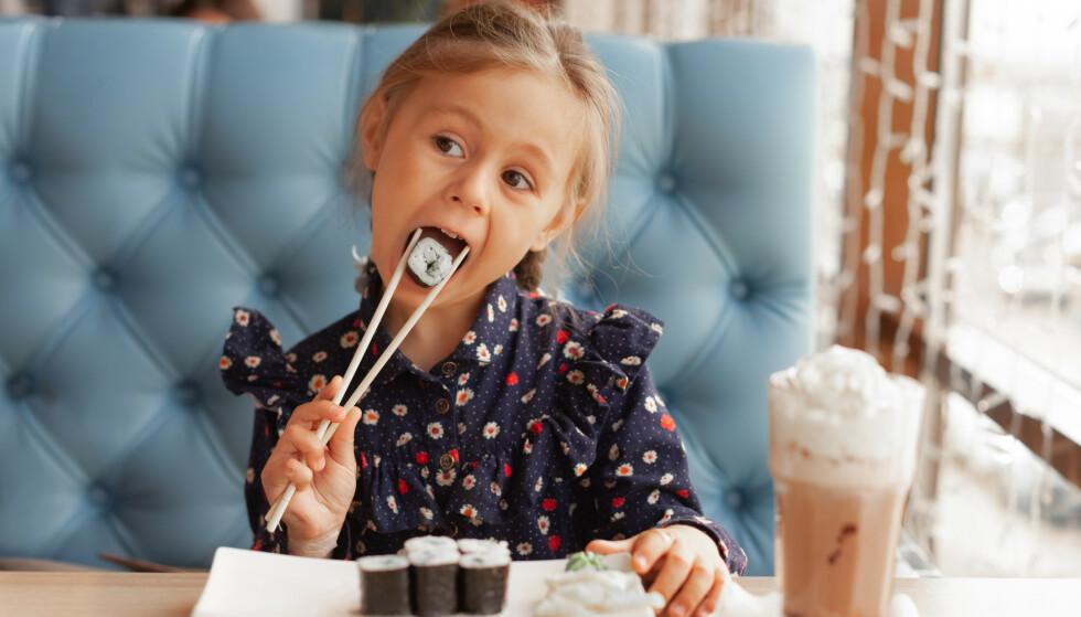 VIKTIG Å SPISE NOK FISK: Mange norske barn elsker sushi, men de fleste spiser allikevel ikke nok fisk med tanke på anbefalt mengde fra helsemyndighetene. FOTO: NTB Scanpix