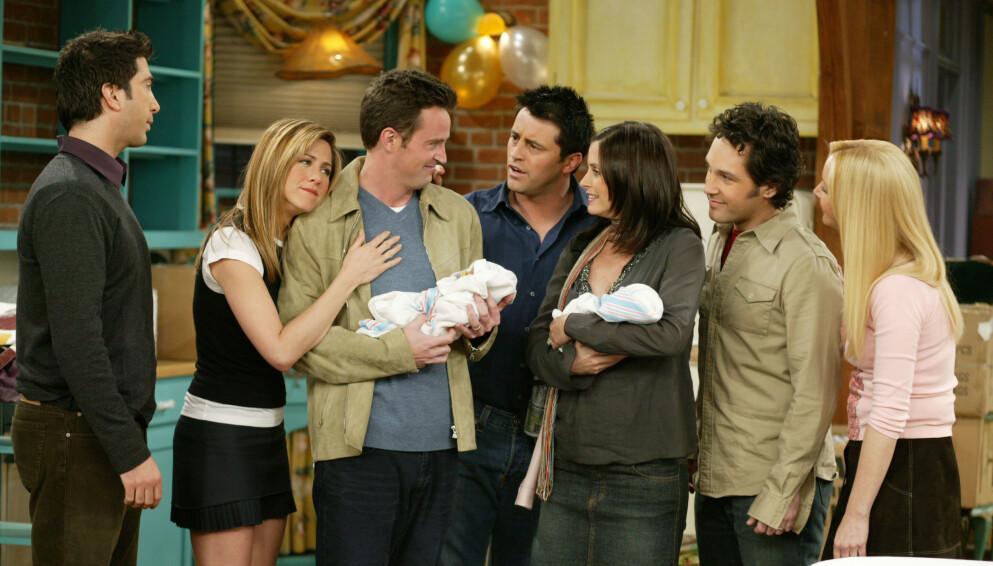 FRIENDS: I aller siste sesong av Friends, som gikk på skjermen i 2004, er stjernen Courtney Cox gravid. Men denne graviditeten ble holdt skjult i TV-serien, fordi karakteren Monica og ektemannen Chandler (Matthew Perry) adopterte tvillinger. FOTO: NTB