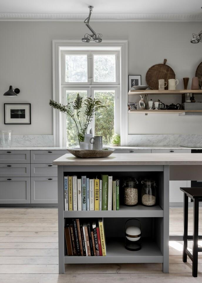 Hvis du står overfor et valg der du skal velge kjøkkenfronter og -løsninger, kan det være en god idé å vurdere å ha noen åpne løsninger der du for eksempel kan plassere kokebøker og glass med råvarer for å gi et litt mer personlig preg til kjøkkenet.