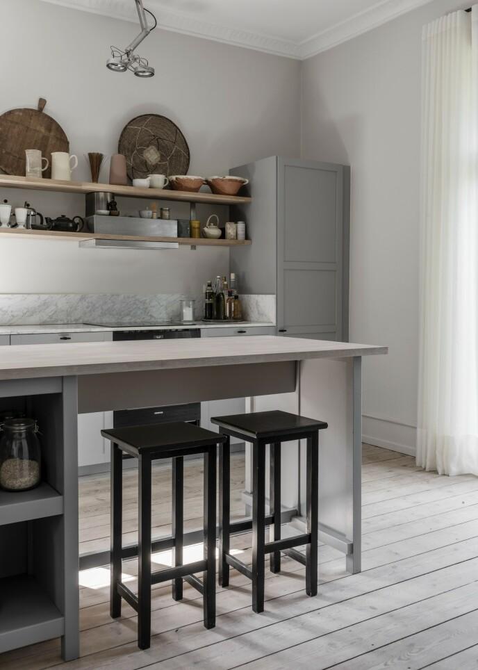 En kjøkkenøy kan virke bastant i et rom, men hvis du ønsker et sted for samtaler og ekstra bordplass, kan du la underdelen være åpen, så man kan se igjennom. Det gir mindre oppbevaringsplass, men mer luft. Tips! Velg naturmaterialer som for eksempel ubehandlet tre for å skape en naturlig følelse. Hvis treverket er malt, kan du satse på nøytrale nyanser som grått, hvitt eller svart.