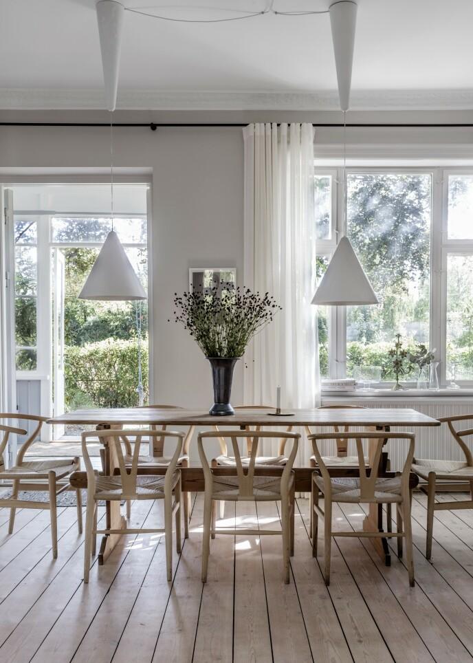 Trekantede lamper er trendy, og den kjegleaktige formen bidrar til å gi godt lys over bordet, siden kjeglen både er nedovervendt og sprer lysstrålene. Tips! Vær oppmerksom på lyset i et rom, og la det definere innredningen. Fyll for eksempel ikke vinduskarmene med masse nips, for det skjermer for det naturlige lysinnfallet.