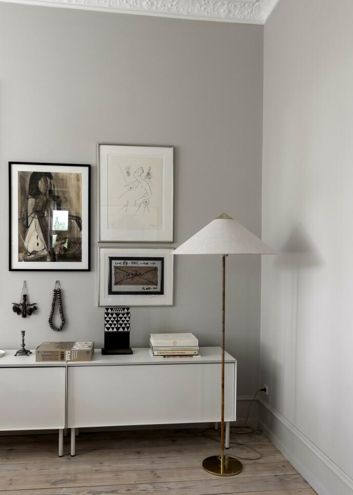 Bildevegger har vært populære en stund, og de kan settes opp på ulike måter. Et godt tips før bildene blir hengt opp på veggen, er å legge dem ut på gulvet først for å finne ut av hvordan de utvalgte bildene best mulig kan henge sammen.