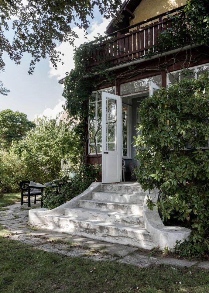 Fornemmelsen av tidligere tider blir forsterket av naturen som kryper opp langs treverket. Med en sti langs huset er det lett å flytte seg rundt etter solen.