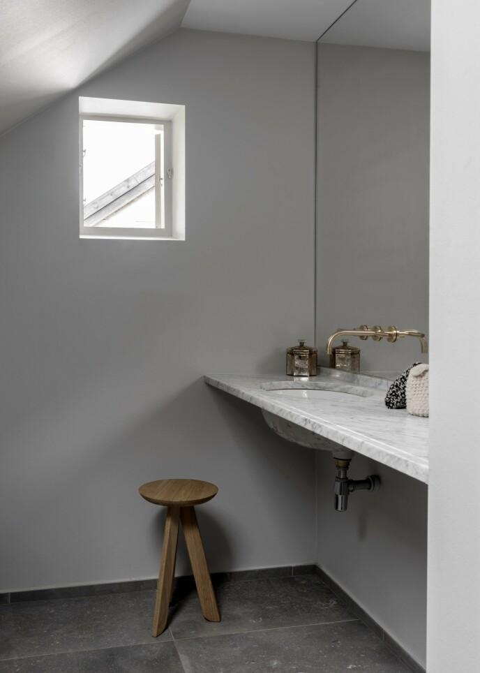 Et baderomsspeil som går hele veien opp til taket, gir en fornemmelse av at rommet er større enn det er.