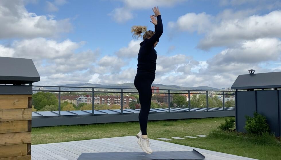 BURPEE: Synes du det er tungt og vanskelig med burpees? Vi viser deg 4 ulike måter du kan gjøre øvelsen på! FOTO: Mina Knudsen