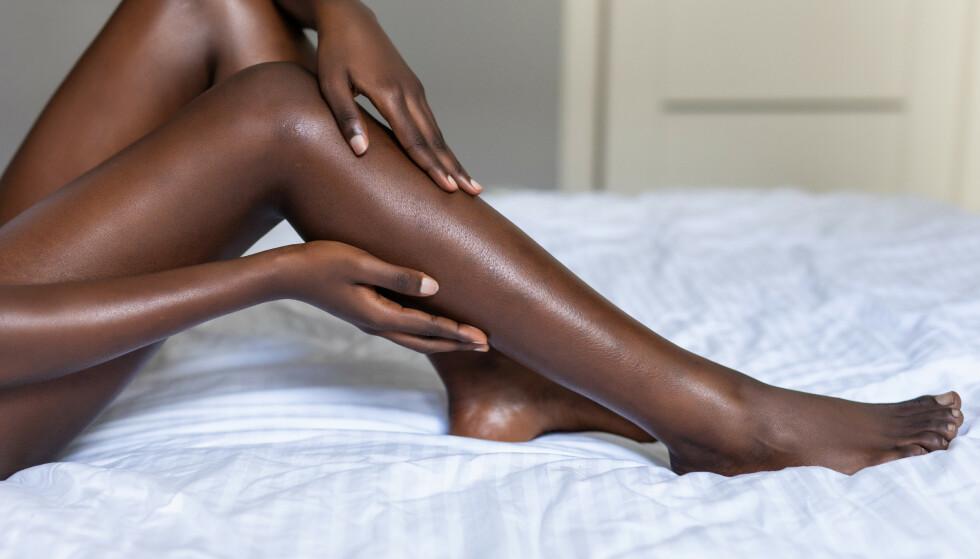 GLATTE LEGGER? Bruk av sandpapir til barbering er en svært skadelig trend, ifølge eksperten. FOTO: NTB