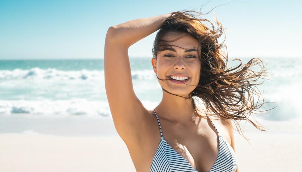 SOMMERHÅRET: Solstråler, saltvann og eventuelt klor gjør håret utsatt for å bli solbrent. Foto: NTB