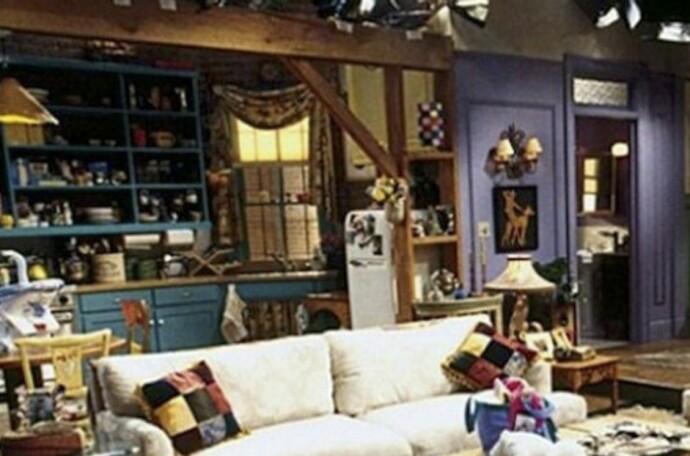 BÆREBJELKE?: Bjelken som skiller stua fra kjøkkenet hjemme hos Monica kommer og går. FOTO: Warner Bros/skjermdump