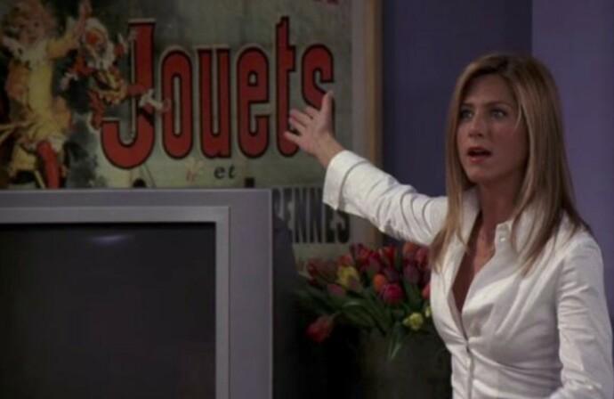HEMMELIG HULL: Monicas interiørstil er langt fra tilfeldig. FOTO: Warner Bros/skjermdump
