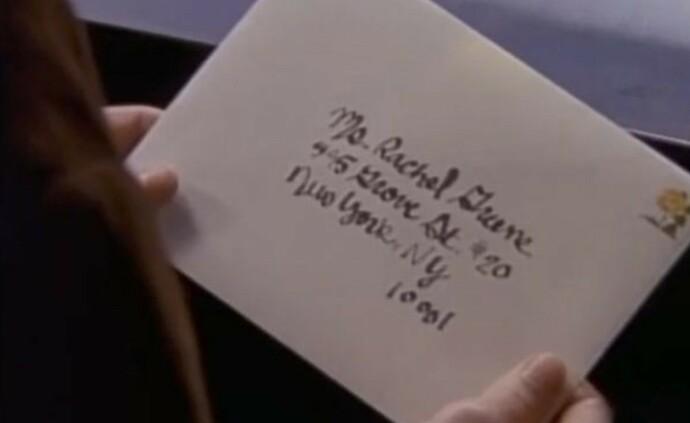 MYSTISK: Hudson River skiller Monicas leilighet og adressen på konvolutten. FOTO: Warner Bros/skjermdump
