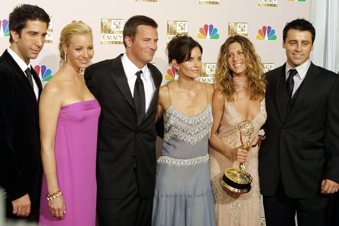 SUKSESS I RUTA: «Friends»-gjengen på Emmy-utdeling i 2002. David Schwimmer, Lisa Kudrow, Matthew Perry, Courteney Cox, Jennifer Aniston og Matt Le Blanc. FOTO: NTB