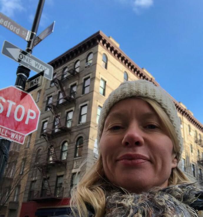 STAKK INNOM: «Friends»- huset i West Village på Manhatten. En fornøyd journalist tok turen julen i 2018. FOTO: Hege Løvstad Toverud
