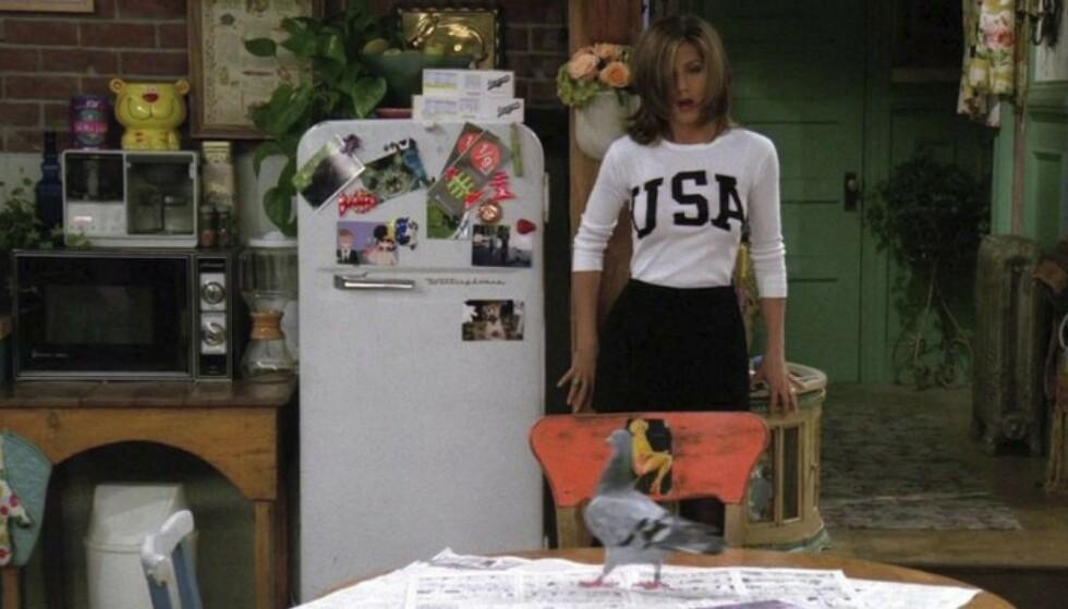 NOE Å DRIKKE? Fra Monicas kjøleskap kunne Jennifer Anistom hente seg en brus mellom slagene. FOTO: Warner Bros/skjermdump