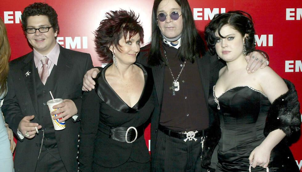 REALITY: Familien Osbourne var blant de første kjendisfamiliene som stilte opp og delte av privatlivet i et realityprogram. Sharon og Ozzy Osbourne med barna Jack og Kelly etter Grammy-utdelingen i 2004. FOTO: NTB