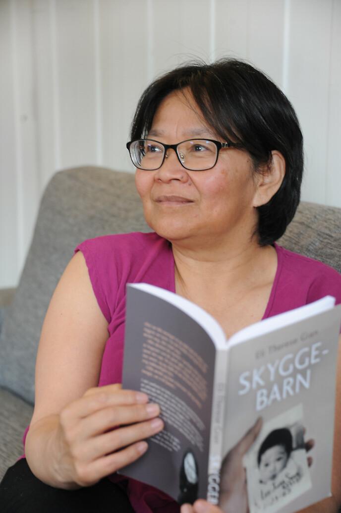 BOK: Eli Therese har gitt ut bok om livet som adoptert og utfordringene hun har møtt. FOTO: Marianne Otterdahl-Jensen