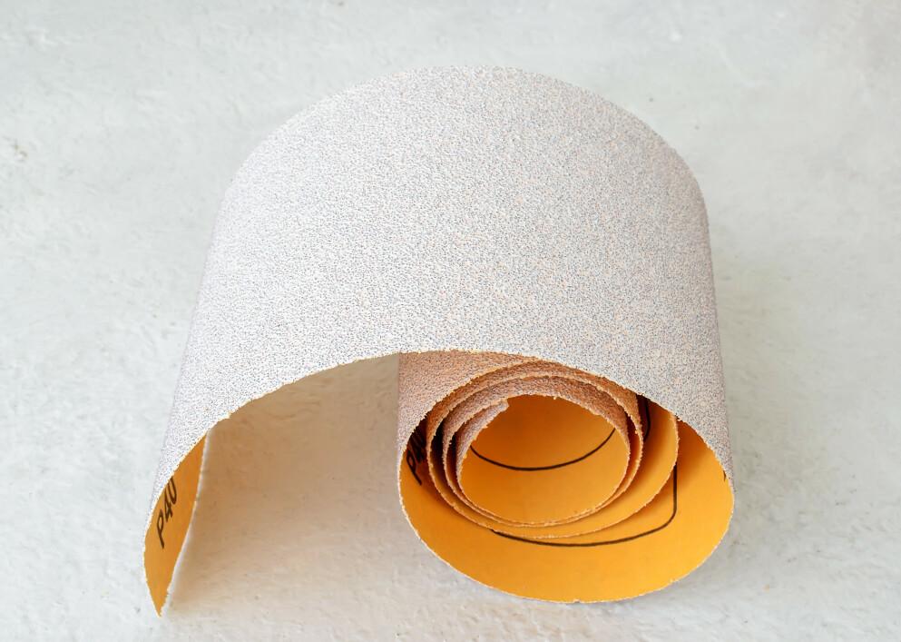 GLATTE LEGGER: Mange av oss drømmer om glatte legger uten hår, men å bruke sandpapir er kanskje ikke den beste veien til målet? FOTO: NTB