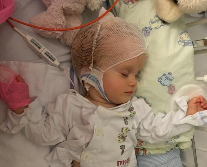 KRONISK SYK: Emma har på fem år gjennomgått hele 11 operasjoner i hodet. FOTO: Privat