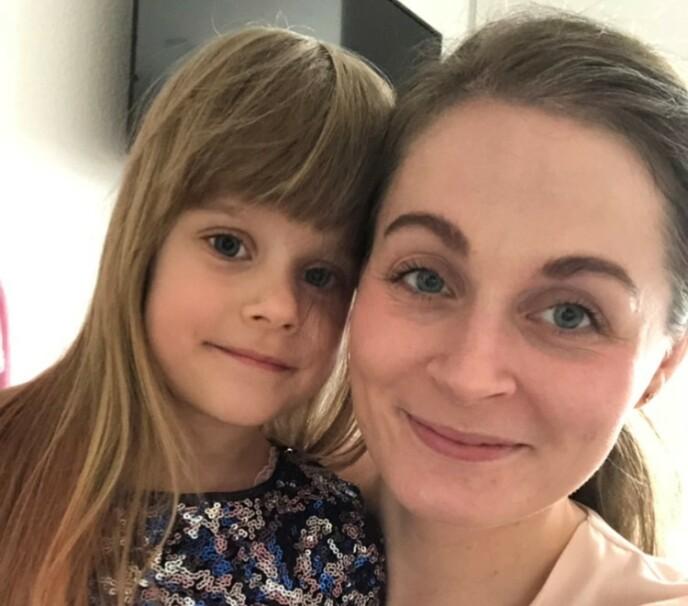 KJEMPER FOR DATTEREN: Emma er i dag fem år gammel og vil aldri bli helt frisk etter skadene hun fikk fra forgiftningen. Nicoline og ektemannen Jesper kjempet lenge for å få en erstatning fra selskapet som feilproduserte vitaminene, men i 2019 ga de opp søksmålet. FOTO: Privat