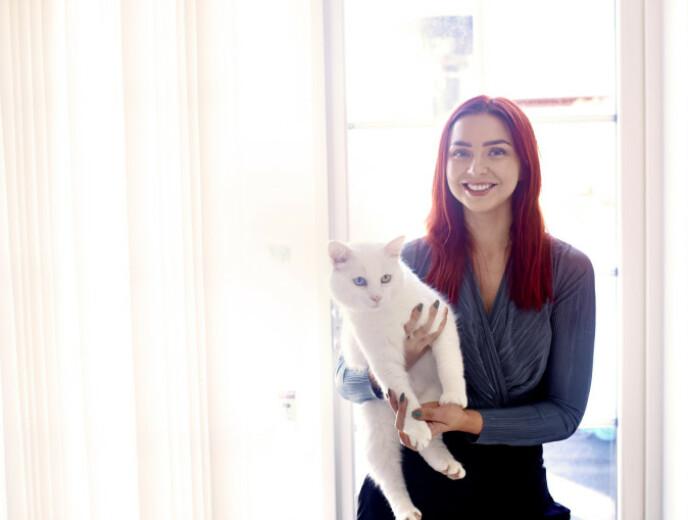 FAMILIEKATTEN: Katten Olaf ble hentet av Tina og Stian fra et kattehus i Moss. FOTO: Geir Dokken