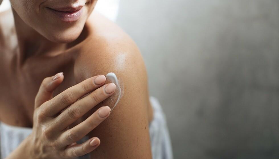 FUKTIGHET: - Det er viktig å benytte en god fuktighetskrem med lett eksfolierende effekt for å forebygge nupper i huden, sier fagrådgiver Katrine Kalhovd i Apotek 1. FOTO: NTB