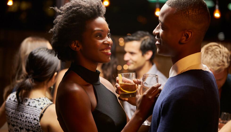 SUNT ROLLESPILL: Å spille rollespill og møte ektefellen ute på bar for å late som det er første date eller sjekke hverandre opp, er kjempegøy og sunt hvis dere får det til. FOTO: NTB