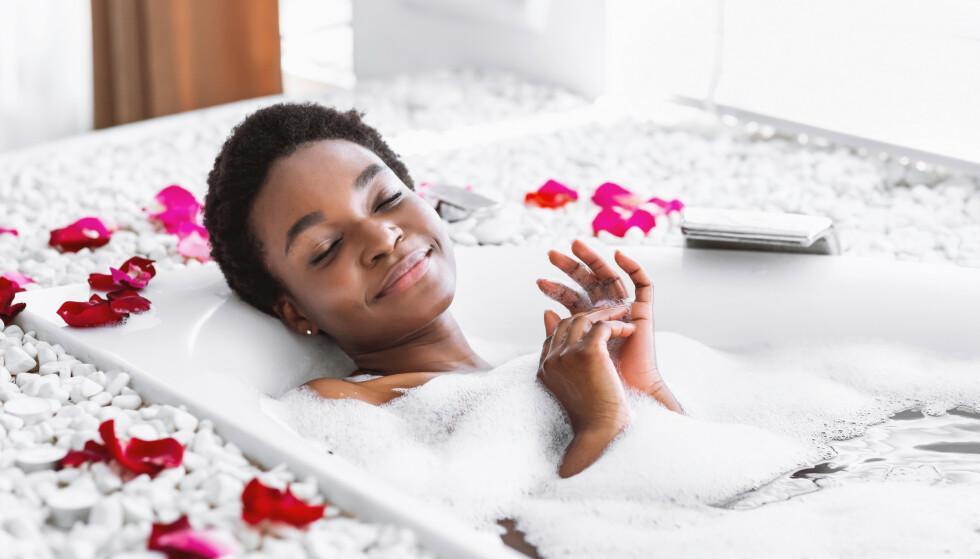 SENKER BLODTRYKKET: De høye temperaturene i badekaret får blodårene til å utvide seg, noe som senker blodtrykket. FOTO: NTB