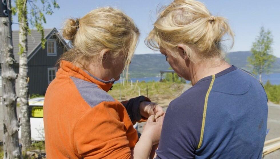 UHELDIG: Trine fikk en betennelse i fingeren som følge av en flis. Her under innspilling av TV2-serien Sommerhytta. FOTO: TV2