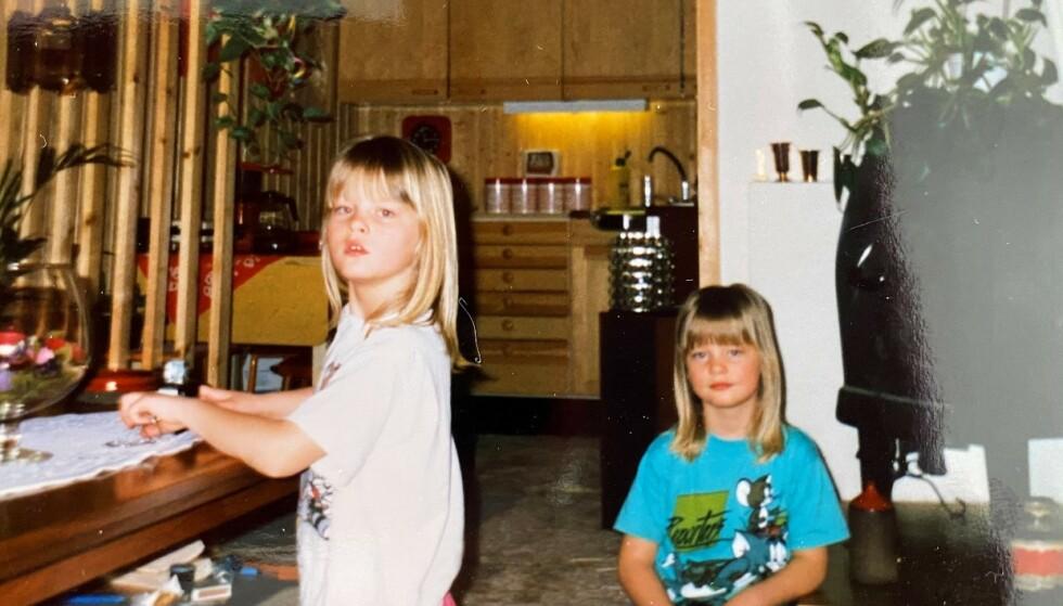 GIR SEG ALDRI: De to tvillingsøstrene Trine og Trude lar ikke motgang og negativitet påvirke dem. Her fra barndommen på Toten. FOTO: Privat