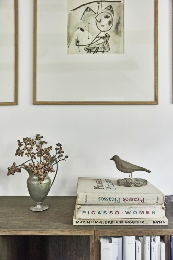 De lave hyllene gir masse plass til bøker, blader og pynt, slik som den lille kannen og fuglen, som begge er gamle funn.