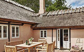 I dette pudderrosa sommerhuset skjuler det seg en romantisk oase