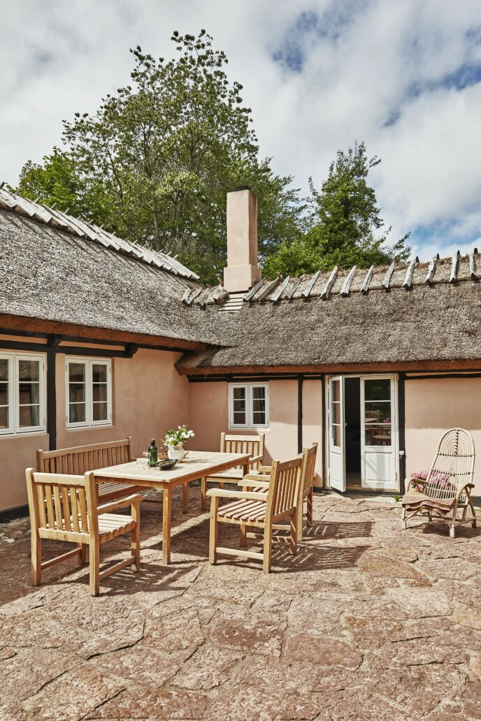 Huset er bygget i en vinkel som skaper en lun og koselig uteplass.