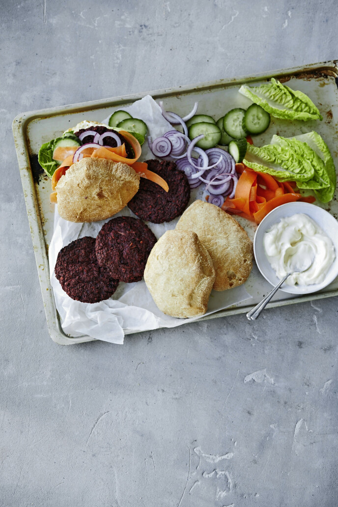 Slik kan du bytte ut den klassiske storfeburgeren med en fargestrålende og smakfull vegetarisk variant som er laget av rødbeter og linser. FOTO: Winnie Methmann