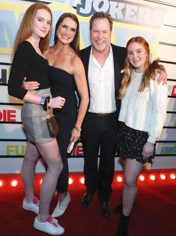 IRSKE ANER: Brooke Shields med mannen Chris Henchy og døtrene Rowan (t.v.) og Grier (t.h.) på filmpremiere i 2020. FOTO: NTB