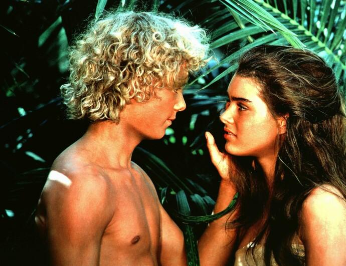 UNG KJÆRLIGHET: Brooke Shields og Christopher Atkins var skipbrudne, helt alene å en øde øy i filmen Den blå lagune. Solbeskyttelse hadde de heller ikke. FOTO: NTB