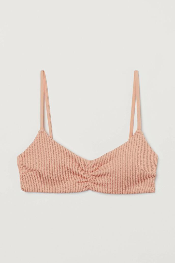 Ferskenfarget bikinitopp (kr 200, H&M).