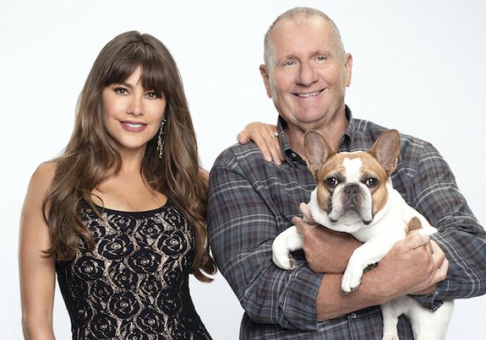 EN MODERNE FAMILIE: Sofia Vergara spilte rollen som Gloria i TV-serien Modern family. Der hadde karakteren et anstrengt forhold til ektemannen Jay Pritchetts (Ed O'Neill) hund Stella. FOTO: ABC