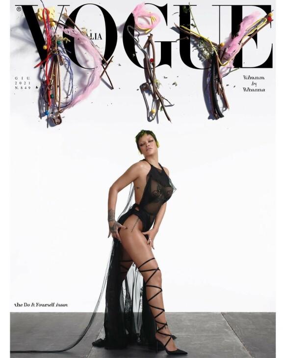GJORDE JOBBEN SELV: Rihanna både stylet og fotograferte cover-bildet av seg selv for Vogue Italias «Rihanna by Rihanna»-utgave. FOTO: Faksimile