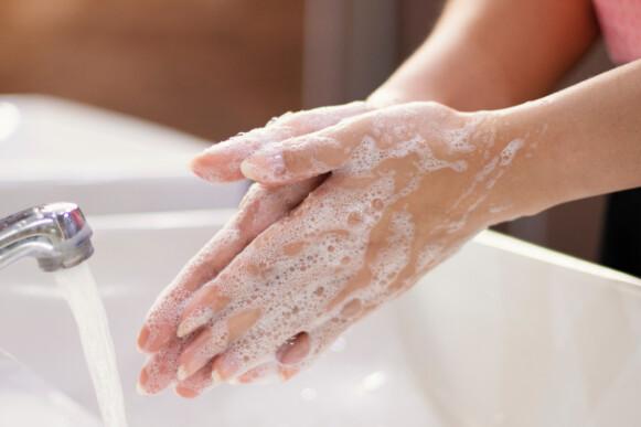 TØRRE HENDER: Nå som vi vasker hendene mye og ofte er det lett å få både tørre hender, negler og neglebånd. FOTO: SHUTTERSTOCK/NTB