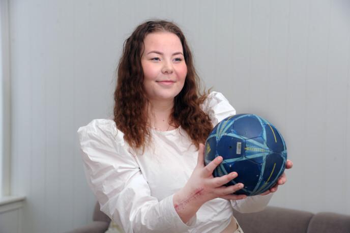TILBAKE: Thea trodde at hun måtte slutte med håndball, men er nå tilbake på banen. FOTO: Marianne Otterdahl-Jensen
