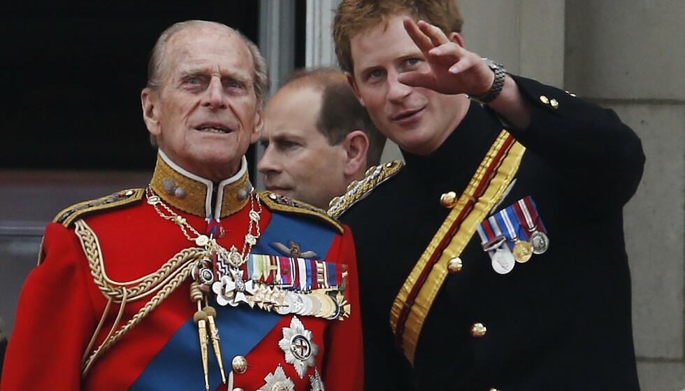 NÆRE: Prins Harry var en snartur innom Storbritannia i april 2021, for å hedre farfar prins Philip. De ta hadde et nært bånd. FOTO: NTB