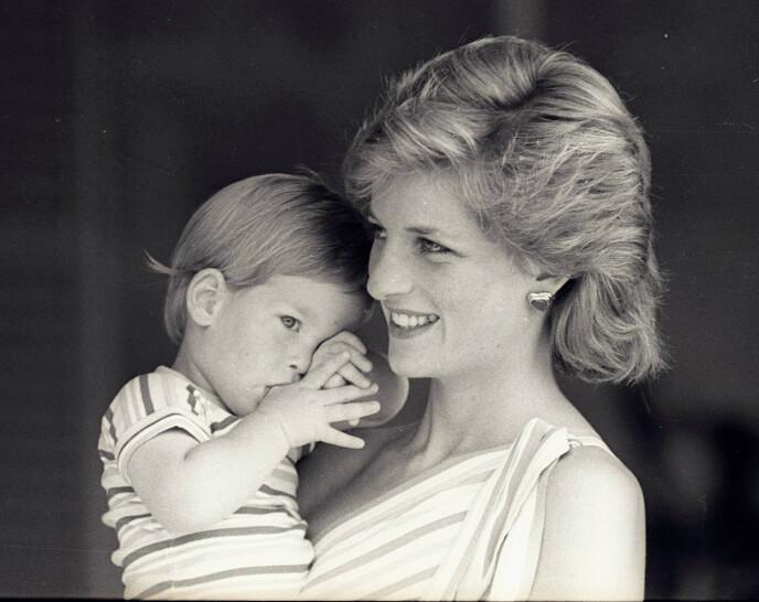 MOR OG SØNN: Det kommer ikke som noen overraskelse at prins Harry har valgt å kalle opp datteren etter sin avdøde mor prinsesse Diana. Her fra 1988. FOTO: NTB