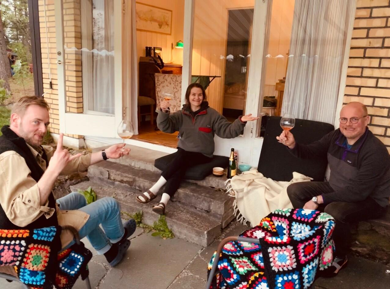 HYTTA: - Et voksent øyeblikk, sier Live til KK om dette fotografiet tatt av svigerinnen Catrin. Her med ektemannen Tore Sagen (t.v.) og svoger Steinar Sagen. FOTO: Privat