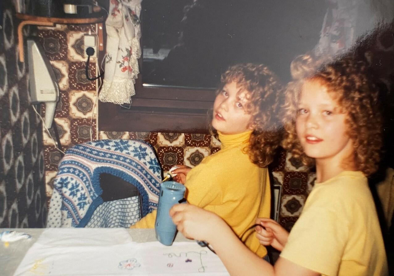 TIDLIG KRØKES: Trine og Trude har alltid vært opptatt av hår og sminke. I dag er de daglig leder hver sin frisørsalong. FOTO: Privat