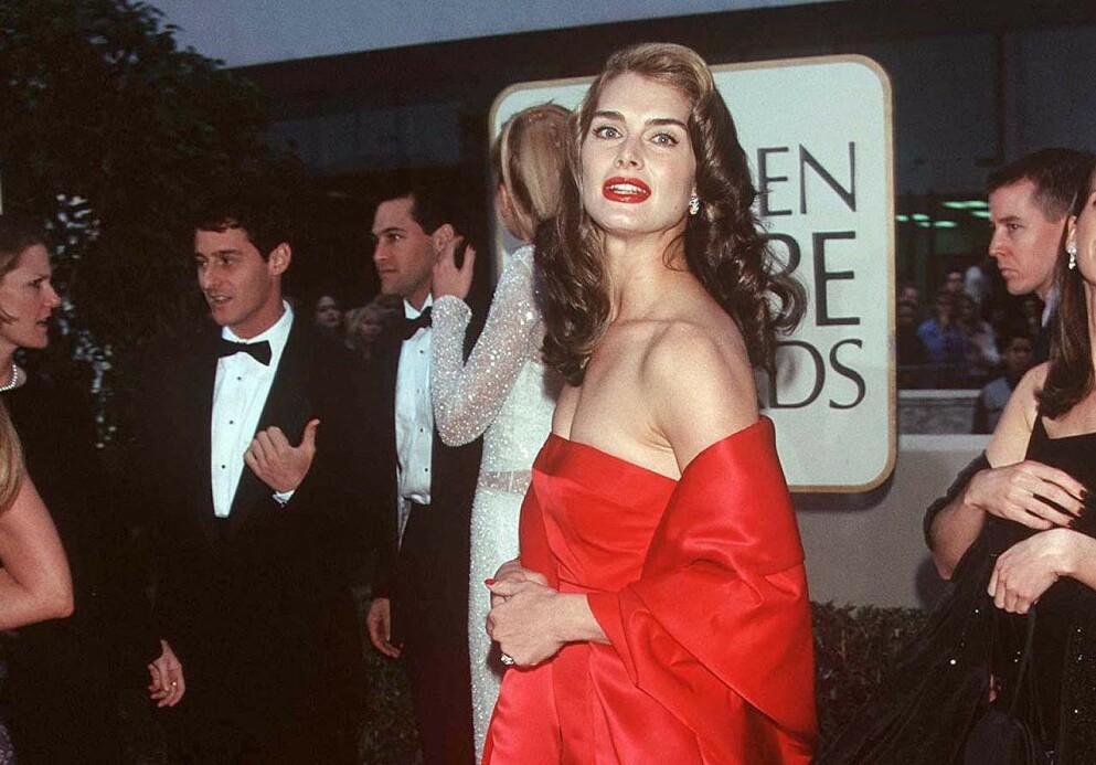 BROOKE SHIELDS: Skuespiller Brooke Shields satte standarden i en rød kreasjon på rød løper under Golden Globe-utdelingen i 1998. FOTO: NTB