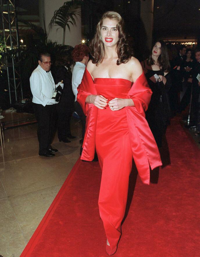 DEN GANG DA: Brooke Shields ankom rød løper under Golden Globe-utdelingen i Los Angeles i 1998 i en knallrød kjole med matchende negler, sko og leppestift. FOTO: NTB