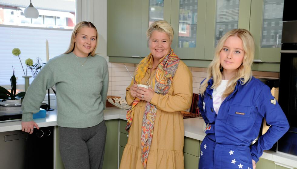 TRIO: Mari Winkler Solberg bor på Lillehammer sammen med sine to døtre Vilde (19) og Frida (17). Hun jobber deltid som lektor i grafisk design. FOTO: Marianne Otterdahl-Jensen